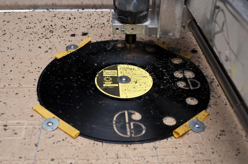 """""""Cutting the numbers out"""" de Mark Craig tirada em 26 de janeiro de 2013. Publicada no dite www.flickr.com e distribuída sob linceça creative commons"""